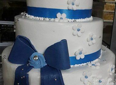 Торт с синим бантом